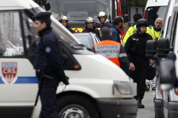 doctor (front R) of French special intervention police (RAID) is seen during a raid on a house to arrest the suspect, in the killings of three children and a rabbi on Monday at a Jewish school, in Toulouse March 21, 2012. About 300 police, some in bullet-proof body armour, cordoned off an area surrounding an apartment in a Toulouse neighbourhood in southwestern France, where the 24-year-old Muslim man was holed up. Shots were heard in the early hours of the morning, and police said three officers had been slightly wounded. REUTERS/Jean-Paul Pelissier