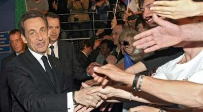 France's President and UMP party candidate for the 2012 Presidential Election, Nicolas Sarkozy, greets supporters as he arrives at a campaign rally in Saint-Rapael, southern France, April 7, 2012. REUTERS/Claude Paris/Pool