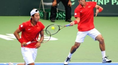 Li Zhe (R) of China returns the ball to Taiwan's Hsieh Cheng-peng and Lee Hsin-han as his partner Zhang Ze looks on during the doubles match of the Davis Cup, Oceania Zone Group 1, in the southern Kaohsiung city. China beat Taiwan 7-6, 7-6, 6-3