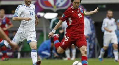 Greece's Giorgos Fotakis watches as Czech Republic's Tomas Rosicky (R) kicks the ball during their Group A Euro 2012 soccer match at the city stadium in Wroclaw, June 12, 2012. REUTERS/Petr Josek